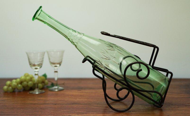 bild eines Dekandierständers mit grüner Flasche